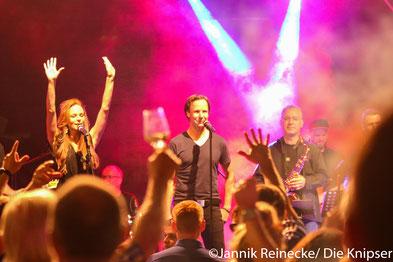"""Samstagabend brachte die Popband """"Studio No1"""" mit aktuellen Partyhits die Menge zum Singen und Tanzen."""