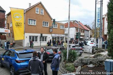 Vor der Volksbank versuchten Opel Nau und Kia Weiler Neukunden für ihre Autos zu finden.