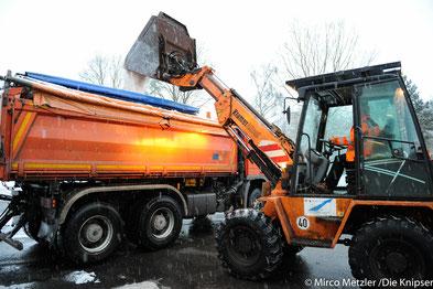 Fahrzeughalter sollten im Winter darauf achten, dass Ortsdurchfahrten freigehalten werden, damit die Streufahrzeuge ihren Dienst erledigen können.