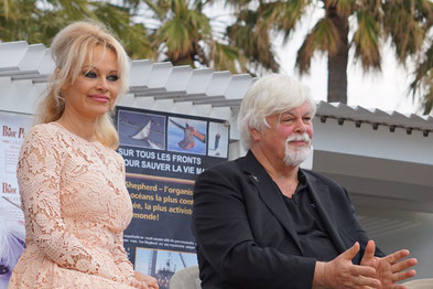 Pamela Anderson et Paul Watson, lors de la Conférence de Presse de l'Association Sea Shepherd, en marge du Festival de Cannes 2016 - Photo © Anik Couble