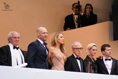 """Woody Allen, en haut des marches, entouré de Blake Lively, Corey Stoll, Kirsten Stewart et Jesse Eisenberg, avant la projection de son film """"Café Society- Festival de Cannes 2016 - Photo © Anik Couble"""