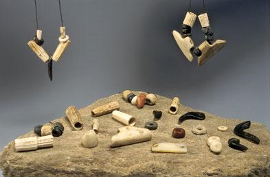 Parures du Néolithique : dentales, perles à ailettes, perles en roche rouge et pendeloques crochet en serpentine polie. Influences méridionales et septentrionales