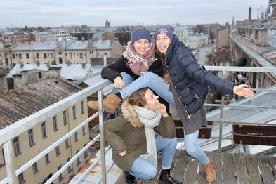 Anna Maria (Mitte) mit ihren Schwestern über den Dächern Rigas