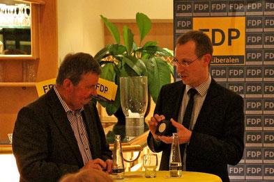 Dirk Stockamp überreicht Jürgen Ostkämper die silberne Ehrenmedaille für 40 Jahre Mitgliedschaft in der FDP