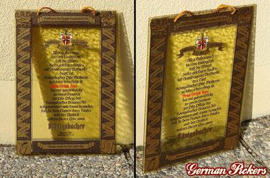 Königsbacher Brauerei - Glasschild  Koblenz um 1973, 40 × 30 cm  Text:  Gepflegtes Bier bringt Kundschaft Dir  Allen Gästen wird hiermit kundgetan, daß die Wirtin dieses heiligens Hauses,  auf Grund eigener Verdienste den Titel Königsbacher Pils-Meisterin