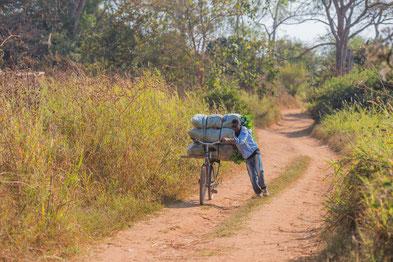 @WorldBicycle Relief/ Mobilität und Transport sind wesentliche Faktoren für wirtschaftliche Entwicklung - und ein robustes Fahrrad ist eine einfache Lösung.  Bauern können deutlich mehr Ware zum Markt bringen und steigern Einkommen und die Lebensqualität.
