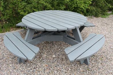 runder Gartentisch aus Holz mit festmontierten Sitzplätzen