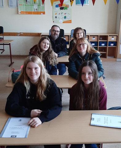 Harald, Ilka, Judith, Lara (v.l.n.r.) Auf der Schulbank: Dina, Emily, Harald, Ilka, Judith, Lara (v.l.n.r.)