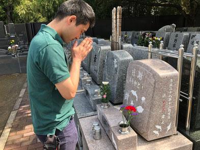 墓石の側面に「進めぐみ建之」と刻まれています。お父様海がお好きだったのでしょうか?イルカなどのイラストも刻まれています。