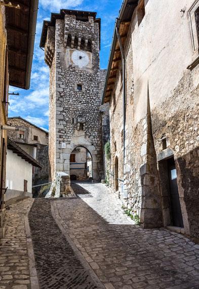 Fontecchio, Torre dell'Orologio e la Porta dei Santi. Provincia de L?Aquila