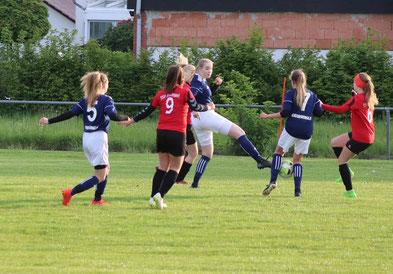Aileen Appel versucht den Ball aus der Gefahrenzone zu bringen. Foto: Lanzke
