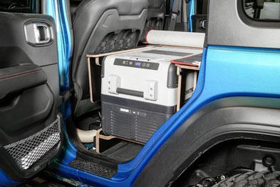 Innenausbau für den Jeep Wrangler JKU: Kühlbox an Bord, standfest und gut zugänglich