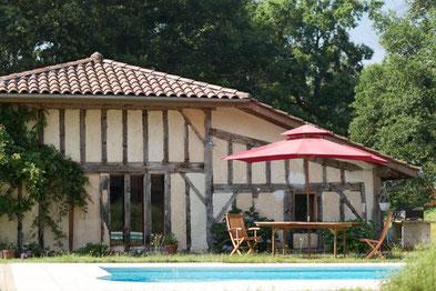 La piscine attenante à votre hébergement vous offre confort et repos