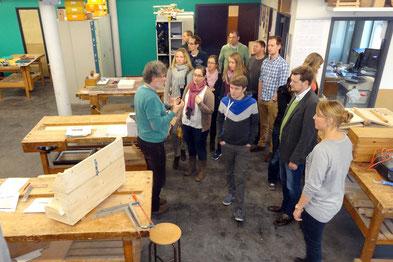 Deutschlehrer Ruud Plazier führt die Referendarinnen und Referendare durch die Schule. Foto: Ulrichs