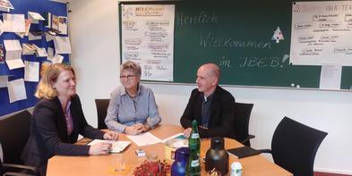 U. Pohlmann (IBEB-Geschäftsführerin), MdL H. Lerch  u. Prof. Dr. A. Schneider (IBEB-Direktor)
