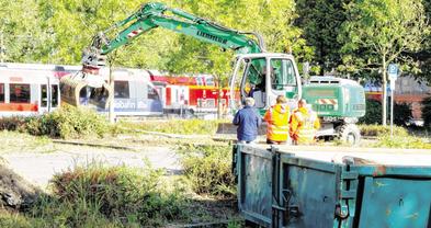 Mit dem Entfernen des Bewuchses sind die Arbeiten am neuen Hauptbahnhof-Parkhaus in Stolberg angelaufen. Foto: J. Lange