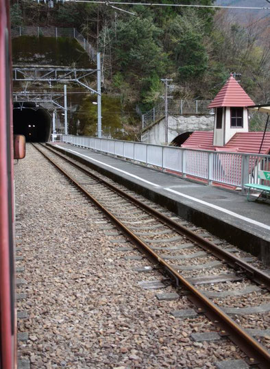 Gare de Nagashima (Nagashima damu) et son clocheton rouge