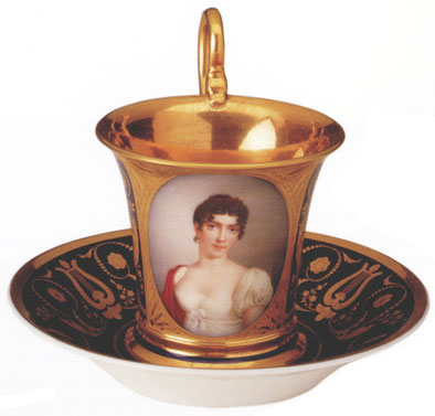 """Mit dem Geschenk dieser Tasse hatte Napoleon seinem Adoptivsohn Eugène mitgeteilt, dass er sich mit Auguste zu vermählen habe. Auguste soll aber """"besser aussehen"""" als auf dieser Tasse, hatte Napoleon noch versichert."""