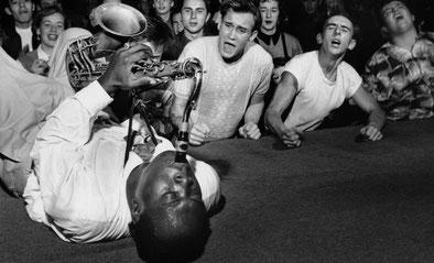 Big Jay McNeely, tocando tumbado sobre el suelo del escenario en un actuación. / BUENRITMO