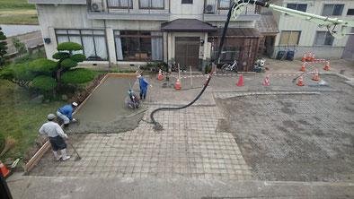 コンクリートを流し込み、