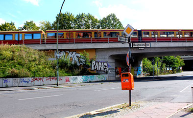 S-Bahn überquert auf der Brücke die Rubensstrasse bei den Ceciliengärten. Foto: Helga Karl