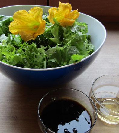 Das schwarze Gold wird gleich meinen pflückfrischen Salat zu einer wahren Gaumenfreude machen.