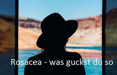 Frau von hinten mit Sommerhut in schwarzer Silouette schaut aus dem Fenster, mit Meer und Felsenküste im Hintergrund