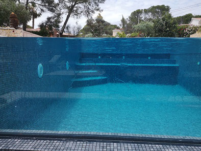 piscine paroi verre couleur gris