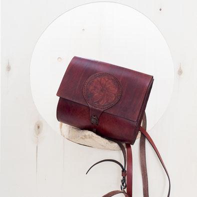 rotbraune Tasche in Form eines kleinen Schulranzenn