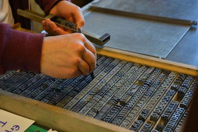Steckschriftkasten mit Antiqua-Schrift. Die beweglichen Lettern werden im Winkelhaken zu Zeilen aufgereiht ...