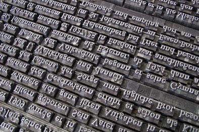 Durch systematische Kombination von Schrift- und Ausschlussmaterial musste ein akkurates Rechteck entstehen.