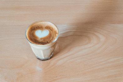 お皿のうえにアイスキャンディーが4本。イチゴとベリーが2本ずつ。