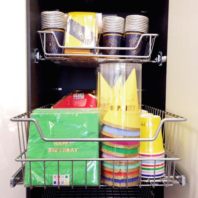 kleine küche mit individuellen stauraumlösungen für komfortables, Kuchen