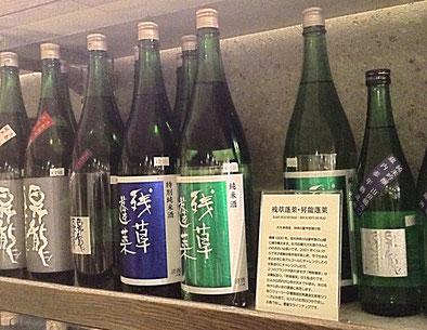 【写真】酒販店「坂戸屋」の店内。各蔵の日本酒を店主が独自解説。蔵の歴史、蔵元のこと、酒質から飲み方のオススメまで丁寧に紹介している。