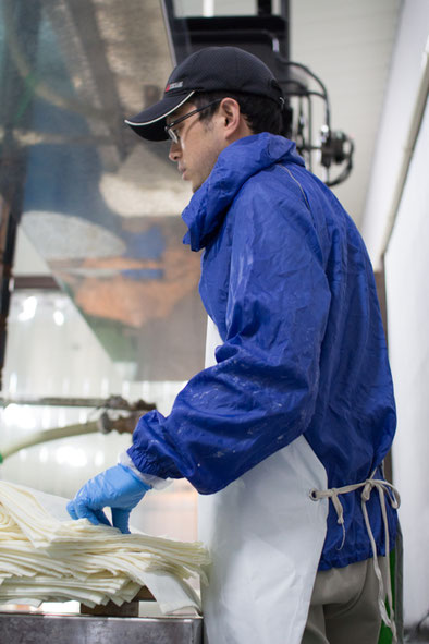 お酒を搾る「上槽」作業中の高橋亮太さん。上槽の様子については「冬特集」をご参照ください。