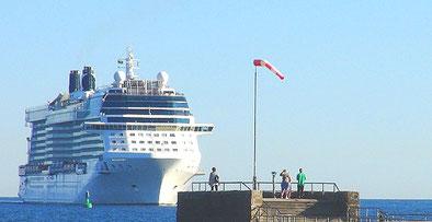 Kreuzfahrtschiff Einlaufend Warnemünde - Kreuzfahrten ab Warnemünde