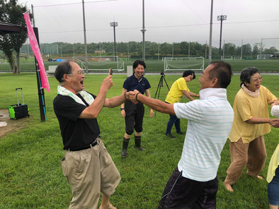 2019年7月20日松阪市総合運動公園笑い(ラフター)ヨガ 握手笑い