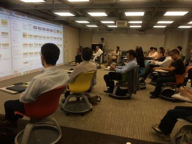 内田洋行さんの講演会場。画面が2連。イスもユニーク!