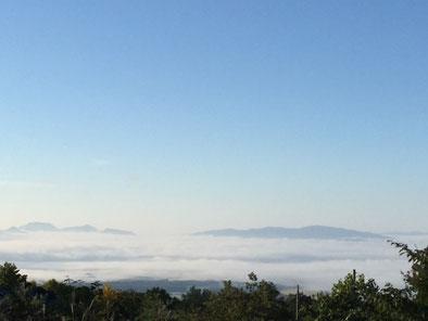 ペンションの庭から望む雫石の町を覆う雲海