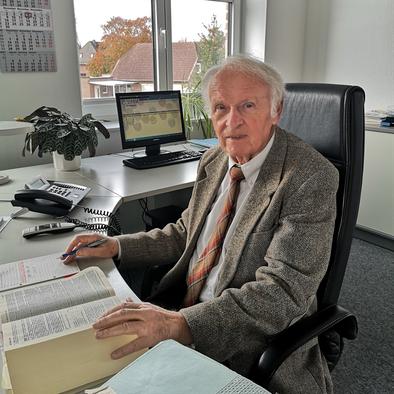 Wulf Vinnen am Schreibtisch in seiner Rechtsanwaltskanzlei in Bruchhausen-Vilsen