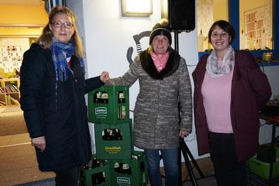 Auf dem Foto: Simone Prell-Kaatz (Vorsitzende), Katja Fleischer (Saftspenderin) und Tanja Kraus (KiGa-Leiterin)