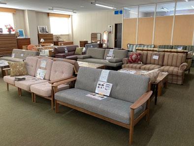 ショールーム2階 布張りソファ、ベット、タンス他、展示しています。