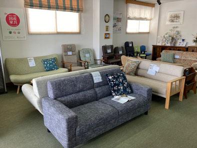 ショールーム1階 カリモクのソファ他、本革張りの椅子が並んでいます。
