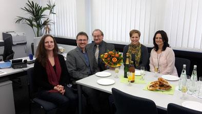 Thomas Kiewel – 10 Jahre Geschäftsführer VWA Trier (v. links: Simone Rohr (VWA Team ); Thomas Kiewel (Geschäftsführer); Rolf Weiber (Studienleiter); Nicole Kaeding (VWA Team); Sabine Boost (VWA Team)