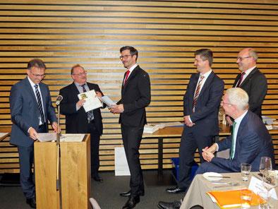 """Studienleiter Prof. Dr. Weiber und Geschäftsführer Thomas Kiewel ehrten """"die Besten"""": Jaime Lohrke, Jochen Berger und Walter Weckmann"""