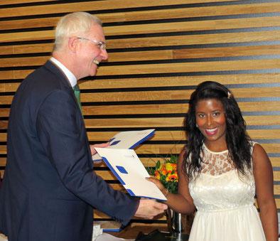 OB Wolfram Leibe gratuliert Celina Ramos zum Hochschulabschluss Bachelor of Arts