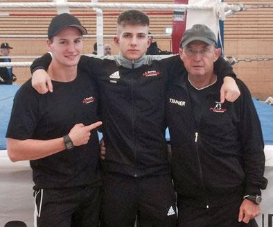 Liri (mitte) mit seinen Trainern Alex (links) und Kurt