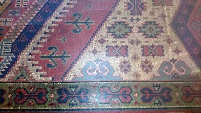 Replikat eines Kelim, gewebten Teppichs, dessen Herkunft türkischen oder kurdischen Nomaden Anatoliens zugeordnet wird.