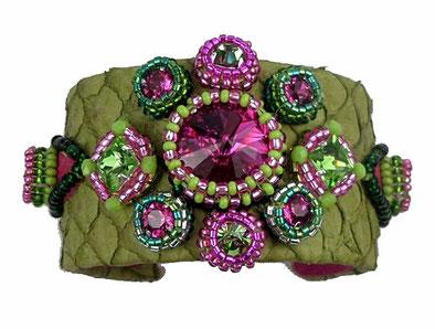 photo d'un bracelet brodé sur cuir de poisson vert anis et cristal rose fuchsia, émeraude et vert péridot