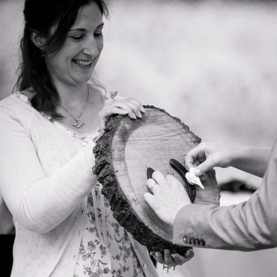 Barbara Christina Merz, freie Theologin und Rednerin, bei einer freien Trauung mit Holzscheibe, Hufeisen und Magneten – Foto von Hofbauer-Fotografie